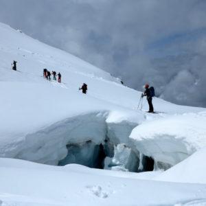 Un ponte di neve sotto il rifugio Grands Mulet