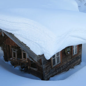 Baita immersa nella neve in Wipptal