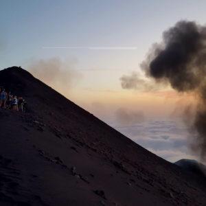 Il cratere dello Stromboli con una fumarola che sale dal suo fianco