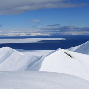 Dalle cime il panorama si estende su fiordi e innumerevoli altre vette