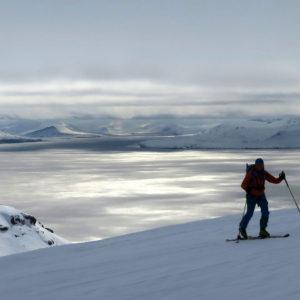 Salendo al Daudmannen con l'Isfjorden dai colori d'argento sullo sfondo
