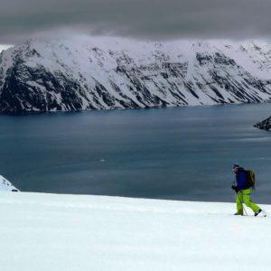Tinaryebukta è un piccolo fiordo laterale del grande Krossfjorden