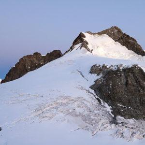 La luce mattutina illumina la parete est del Piz Bernina
