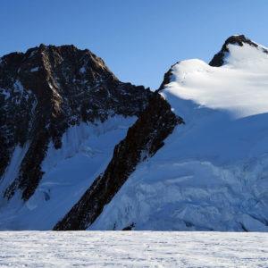 A sinistra la rocciosa Punta Dufour e a destra la Punta Zumstein