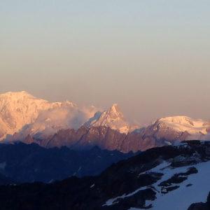 Al sorgere del sole, il Monte Bianco si illumina