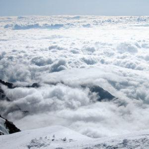 Scendendo dalla Capanna Margherita, il mare di nubi nasconde le valli italiane
