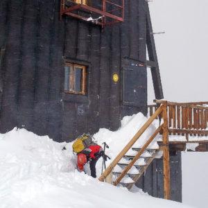 Il Rifugio Regina Margherita in una nevosa e ventosa giornata di inzio estate