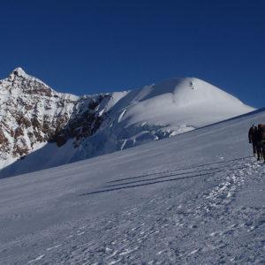 Salendo al Colle del Lys, a sinistra il Lyskamm Orientale